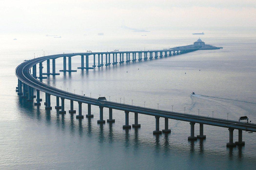 港珠澳大橋通車一年,車流量僅達最低估算一半。 (本報系資料庫)
