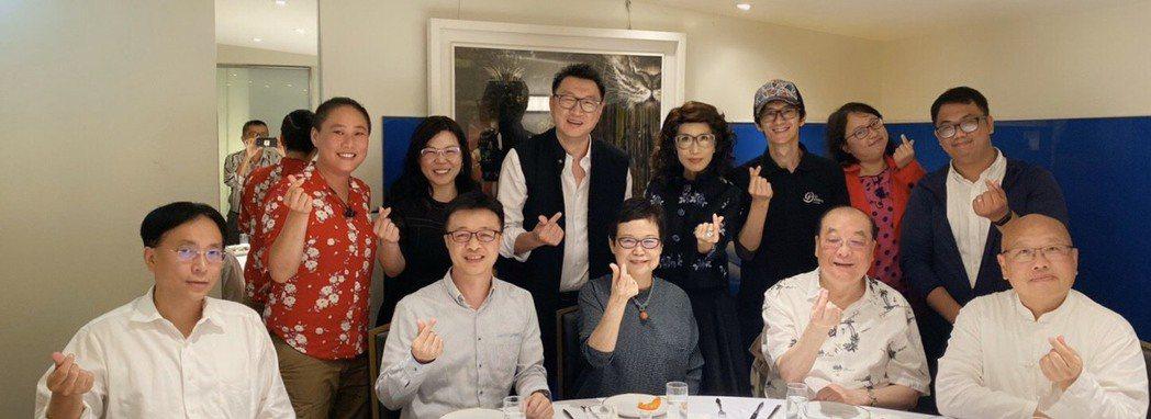 前文化部長洪孟啟(前排右二)、新北市前文化局長李斌(右一)、台師大管理學院院長周...