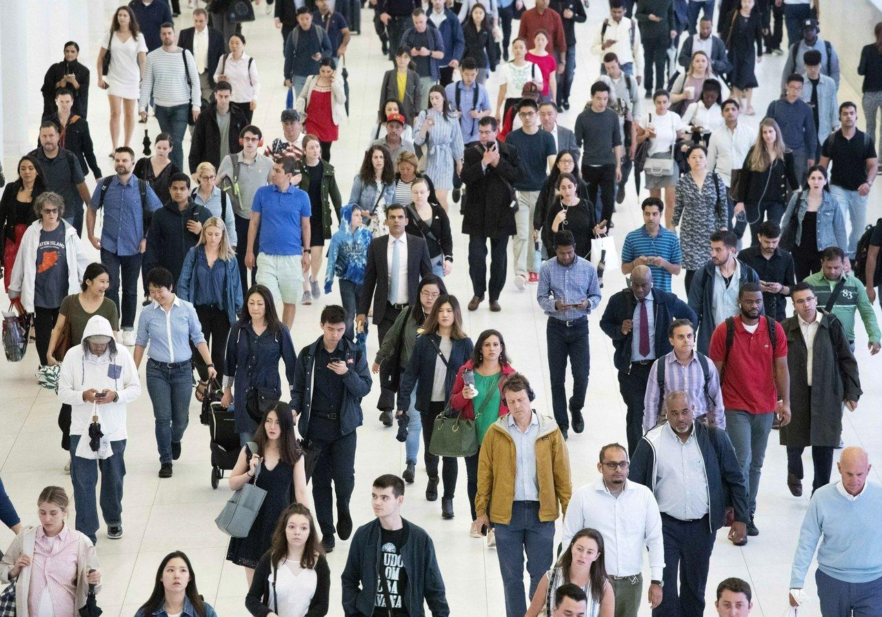 目前美國人口為3億2600萬人,預期2058年將超過4億人。圖為紐約市通勤族。 ...
