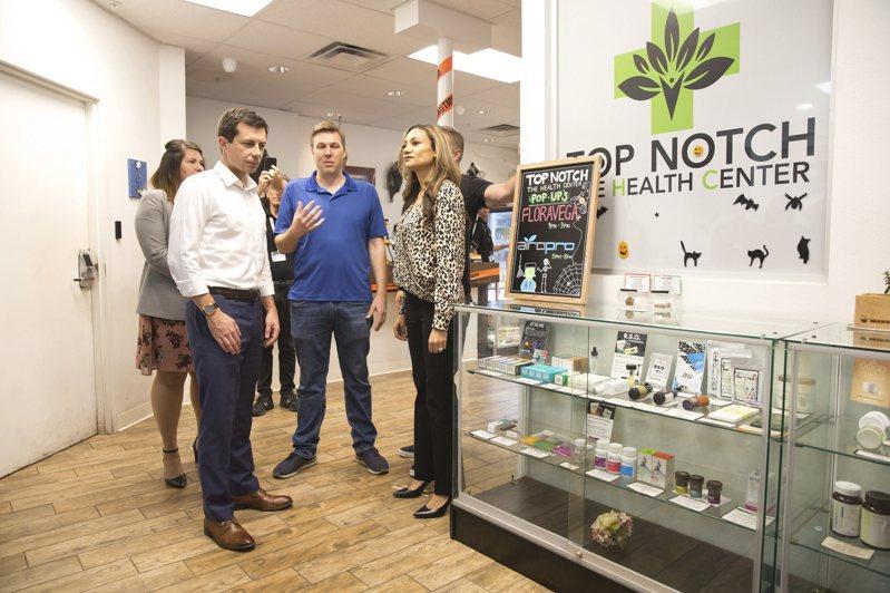 民主黨總統參選人布塔朱吉(左二)23日在拉斯維加斯參觀一家合法大麻專賣店。(美聯社)