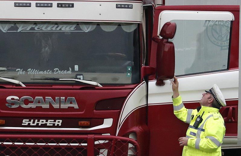 「亡命卡車」司機見到39具遺體,頓時昏過去 美聯社