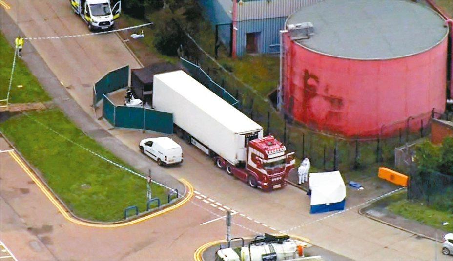 英國一輛冷凍貨櫃車內發現39具屍體,這些移民據信來自中國福建省,且可能被鎖在冷凍貨櫃中好幾天。 美聯社