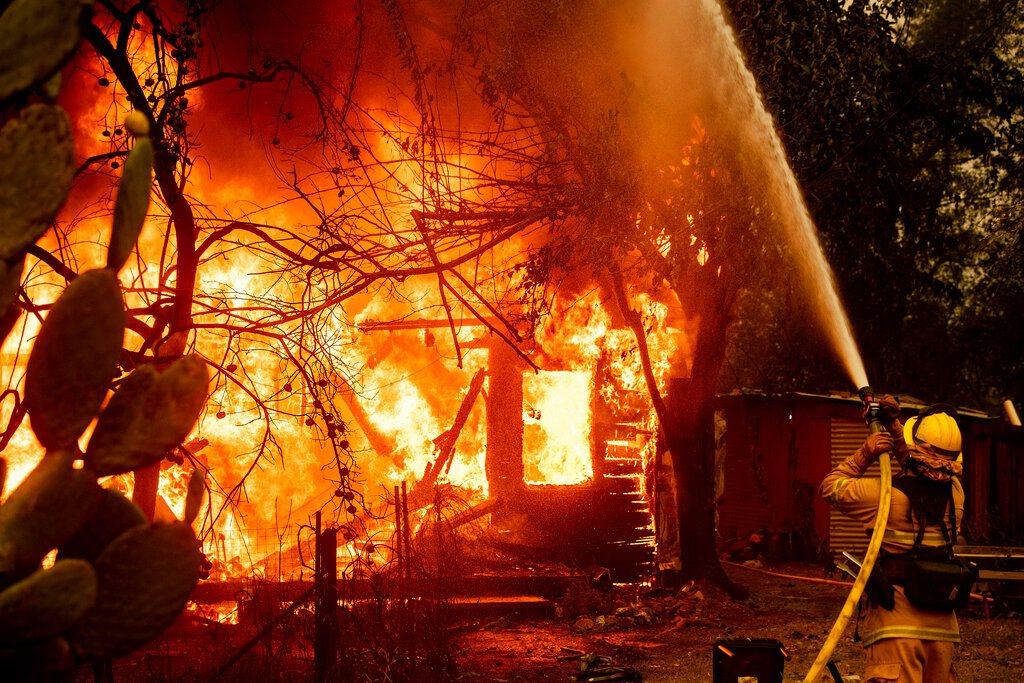 森林野火侵襲北加州,2000多人被迫離家。美聯社