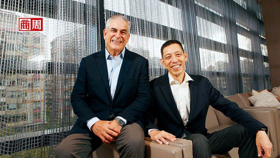中磊電子總經理:王煒(右)、阿雅拉集團董事長暨執行長:阿雅拉(左)。(攝影者.駱裕隆)