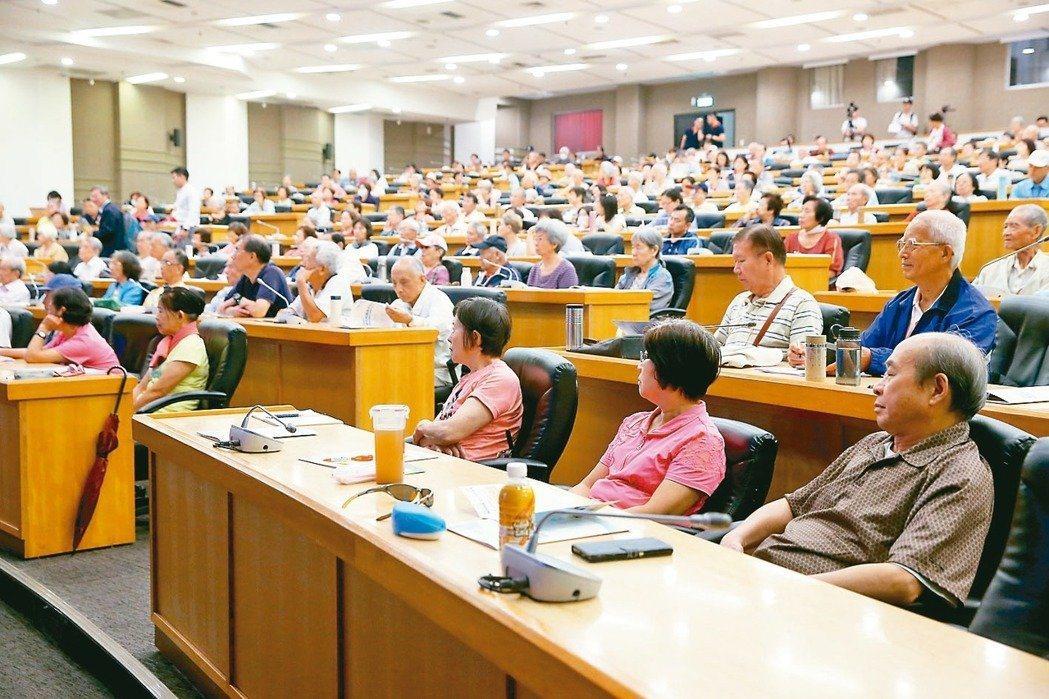元氣講座「關節照護新觀念」吸引滿場關心膝蓋保養的聽眾。 記者余承翰/攝影