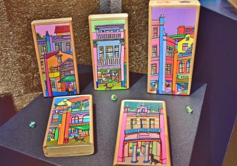 畫家施正文運用大稻埕「人蔘盒」彩繪而成的作品。 天成集團/提供
