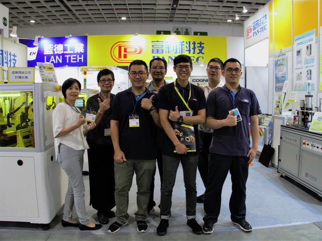 富莉科技秘書楊紫翎(左一)與同仁展示旗下設備。 姜良育/攝影。