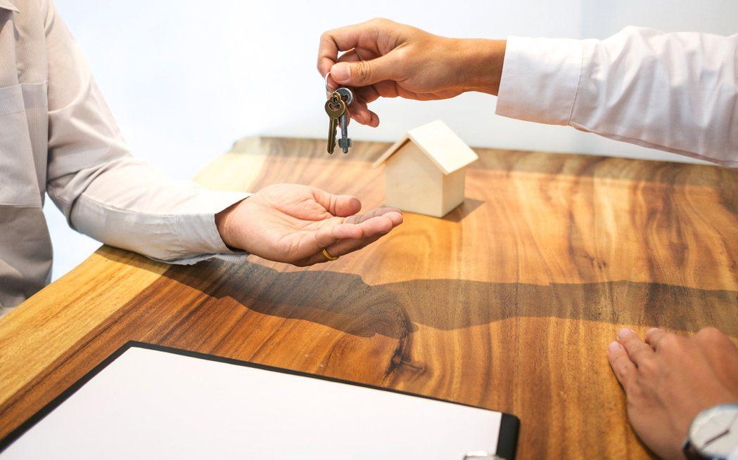 一名女網友抱怨房東堅持親自收租金而不想使用轉帳方式,讓她得配合時間很困擾。示意圖...