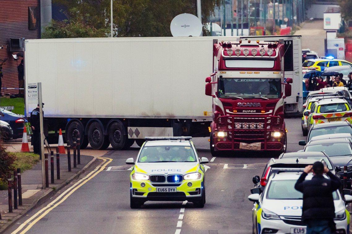 英國埃塞克斯郡23日查獲的「卡車貨櫃偷藏39具遺體事件」,24日下午傳出罹難的8...