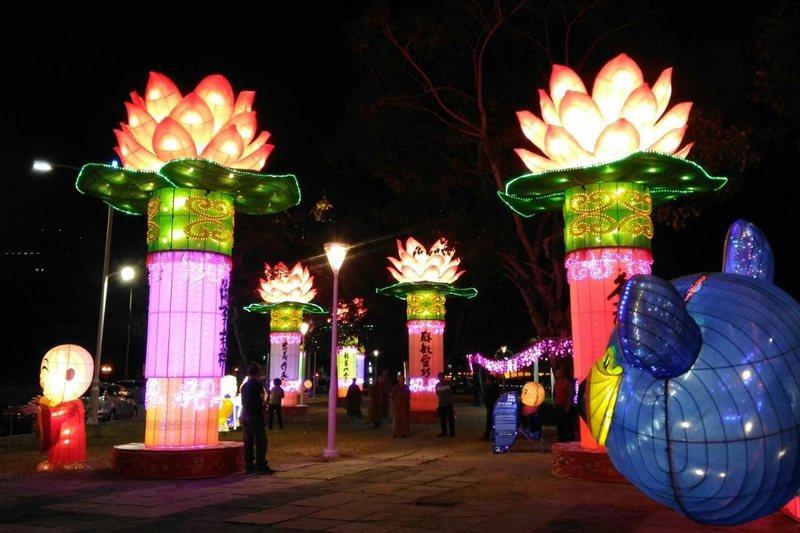 政府應投資更多經費培養公務人員的美感素養、藝術品味。圖為高雄燈會的大型蓮花燈飾。 圖/高雄市觀光局提供