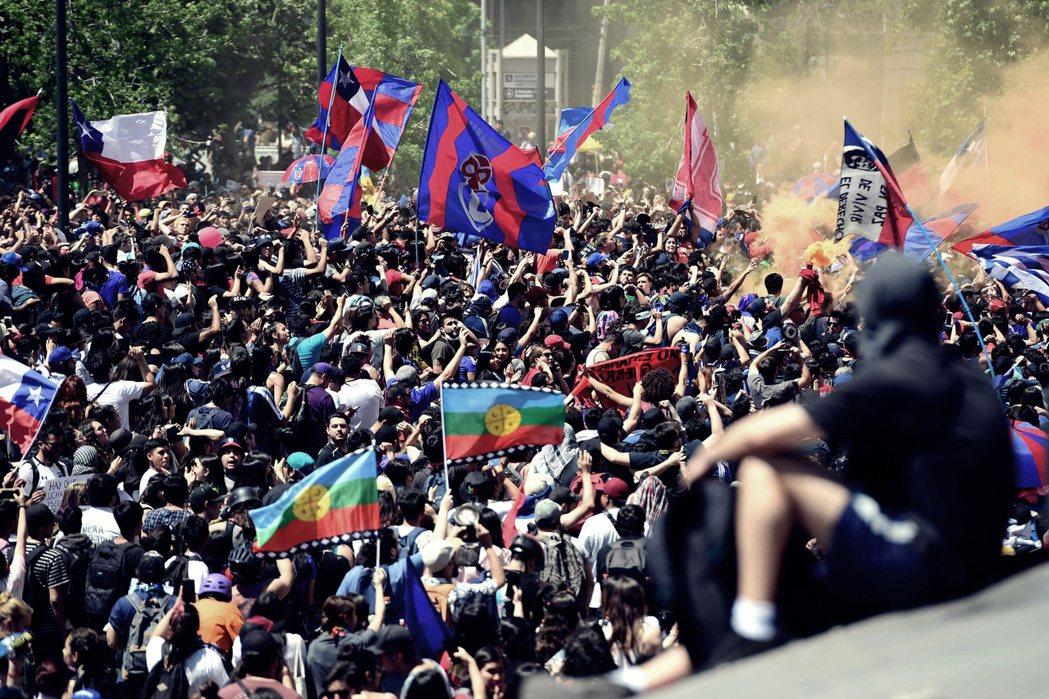 自18日,因捷運漲價而不斷延燒的街頭示威,有示威者焚燒義大利國家電力公司投資總部...