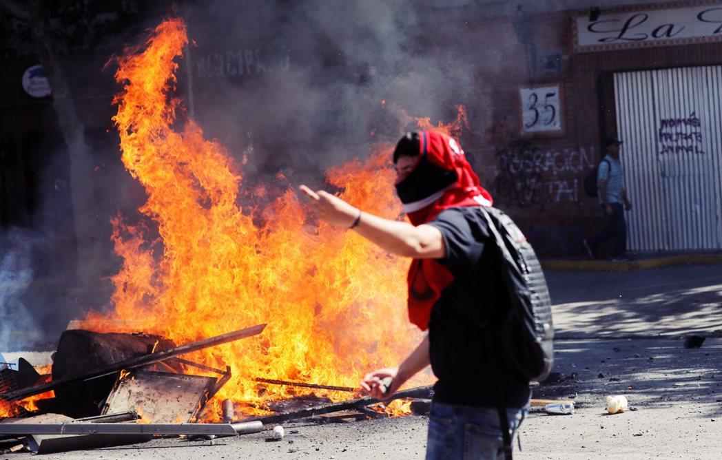 雖然多數示威者希望為社會正義而戰,但確實有出現大規模組織犯罪,在聖地牙哥街頭一片...