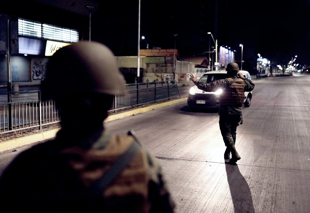 在32年來第一次的宵禁令期間,警方仔細檢查夜間仍在街上的車輛中,所有人員的身份。...