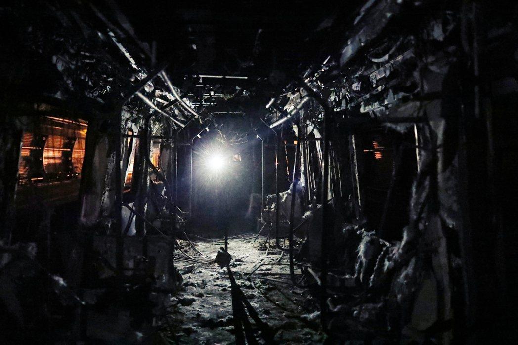 25日,被燒毀的捷運車廂內部。在面對皮涅拉對和平示威的毫無反應,許多示威者自18...