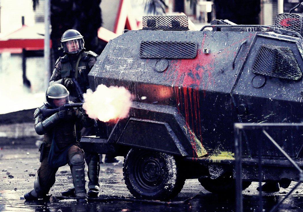 圖為示威期間鎮暴部隊在街頭上發射催淚彈的畫面。除了催淚彈,鎮暴部隊也帶著機關槍,...