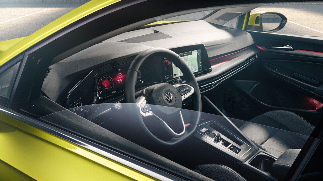 駕駛座前方結合數位儀表、中控螢幕與大燈控制的曲面螢幕為新世代車型的一大特色。 摘...