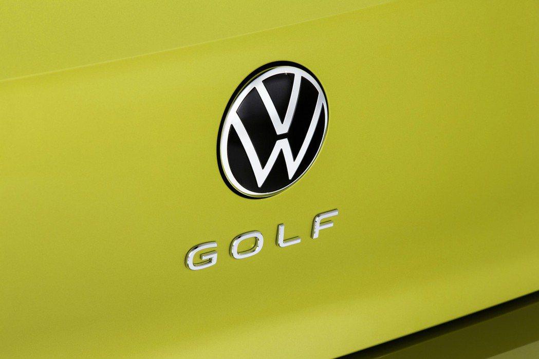 第八代Volkswagen Golf車尾上的「GOLF」銘牌改置於新VW廠徽的下...