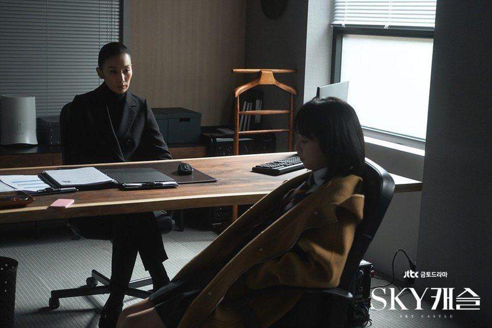曹敏爭議如同同韓劇《天空之城》劇情真實上演。不少人批判,向來批判特權的曹國,自己...