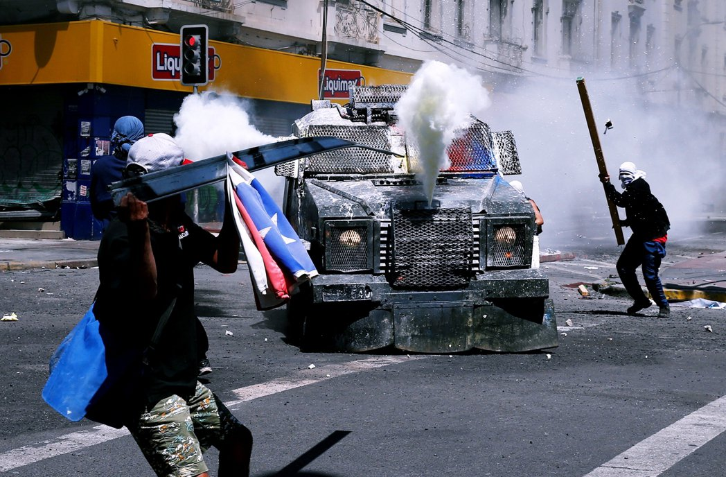 在聖地牙哥大都會區的瓦爾帕萊索(Valparaiso)示威者與軍方發生激烈衝突。...