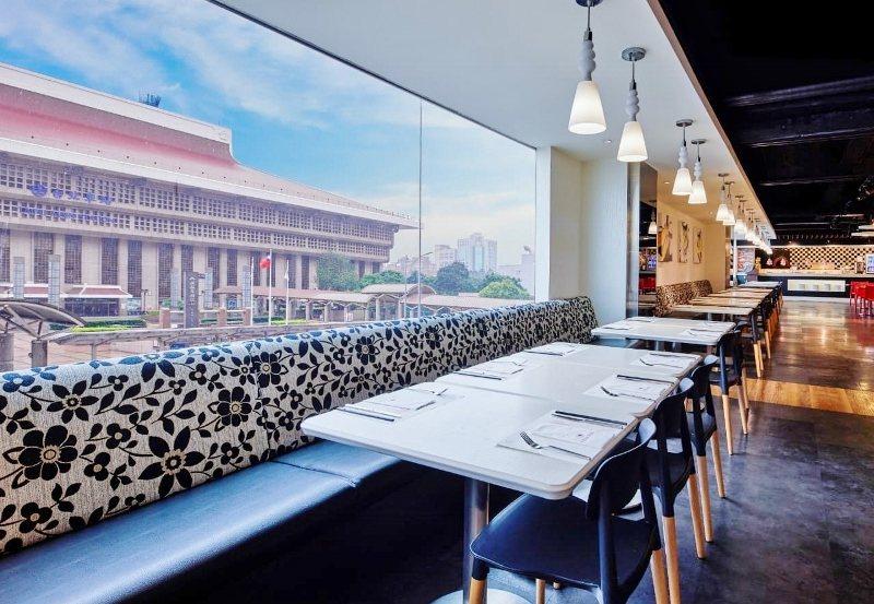 台北凱撒2樓的Checkers自助餐廳,採光明亮,台北火車站就在正對面。 業者/...