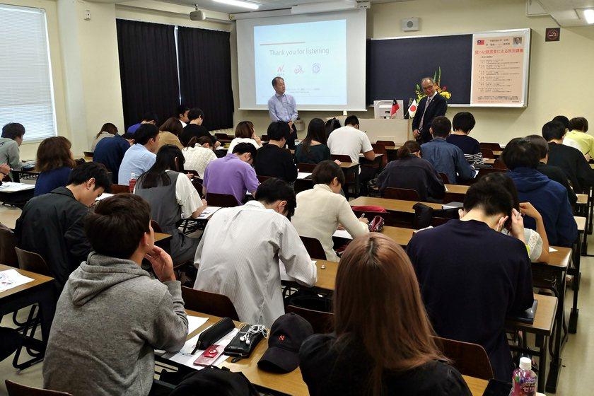 中國科大老師李福斯於日本大學法學部教授栗原千里講演會與談現場。 校方/提供