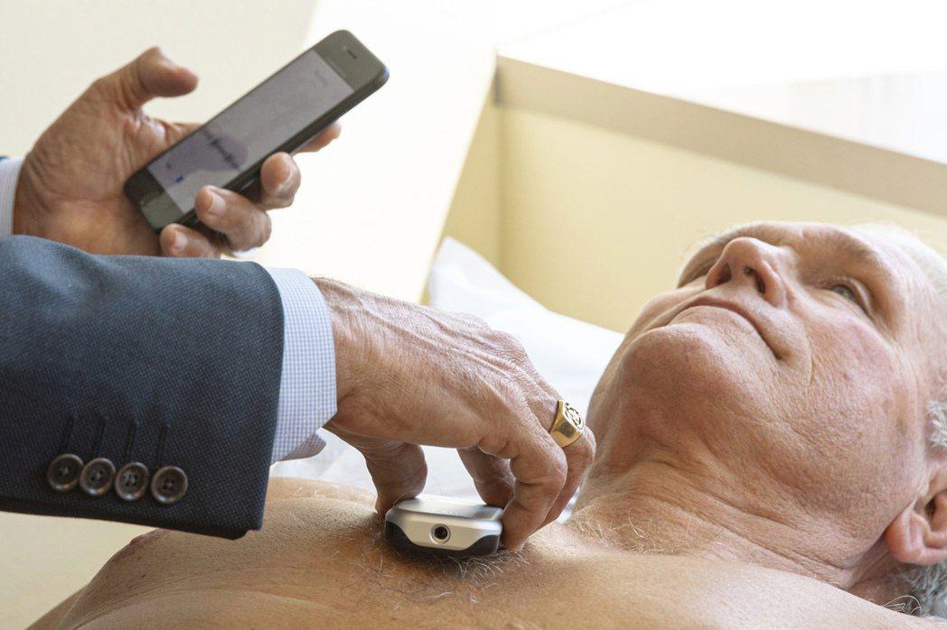 芝加哥西北紀念醫院心臟科醫生湯瑪斯正在受試者身上使用加州柏克萊公司Eko發明的新...