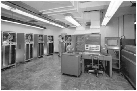需要使用計算資源的人,由終端機提出,主電腦作業完成後將結果送到終端機。圖示: IBM 704 系統, 1964年。照片由美國勞倫斯利佛摩國家實驗室提供,取自維基百科。