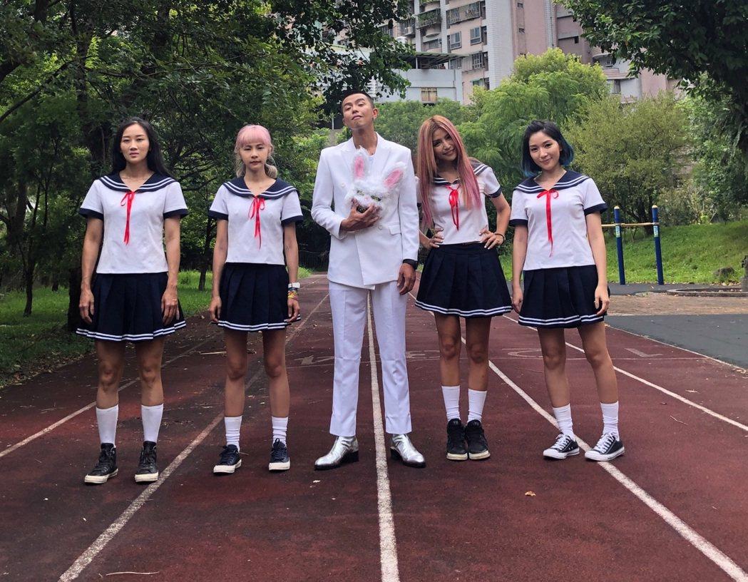女團「妮可醬」邀來小鬼(中)擔任MV導演。圖/ROKON滾石電音提供