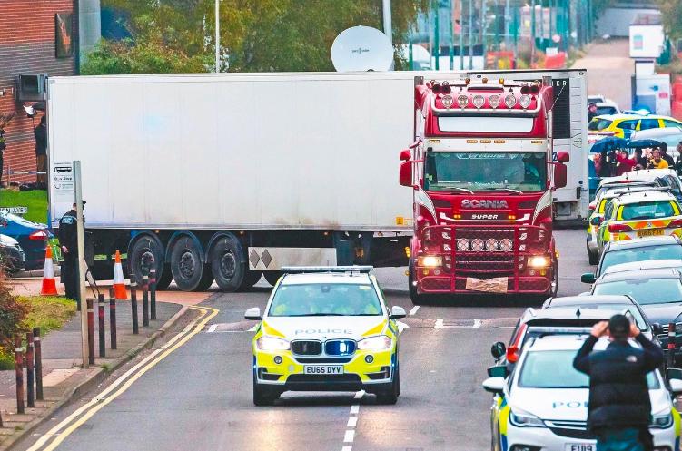 英國警方廿三日將發現屍體的貨櫃從工業園區案發現場移往提伯里碼頭,作進一步調查。 ...