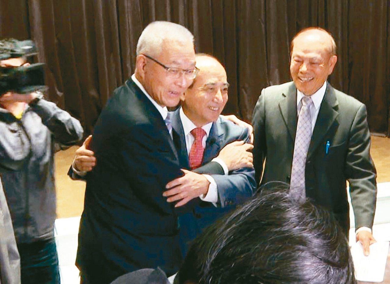 立法院前院長王金平(右二)與國民黨主席吳敦義(左)日前同台,兩人緊緊相擁強調沒心...
