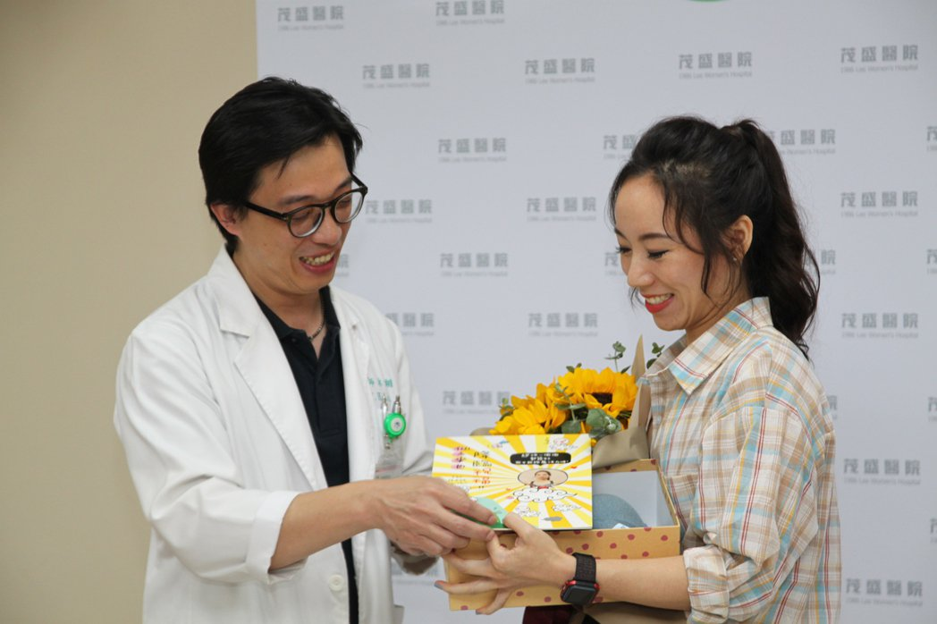 健身女教練邱小姐(右)術後恢復良好,醫師林于翔(左)送花祝福她。記者黃寅/攝影