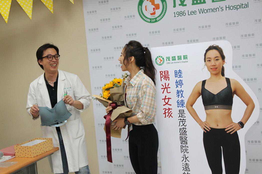 健身女教練邱小姐(中)術後恢復良好,醫師林于翔(左)送她一套健身衣。記者黃寅/攝...