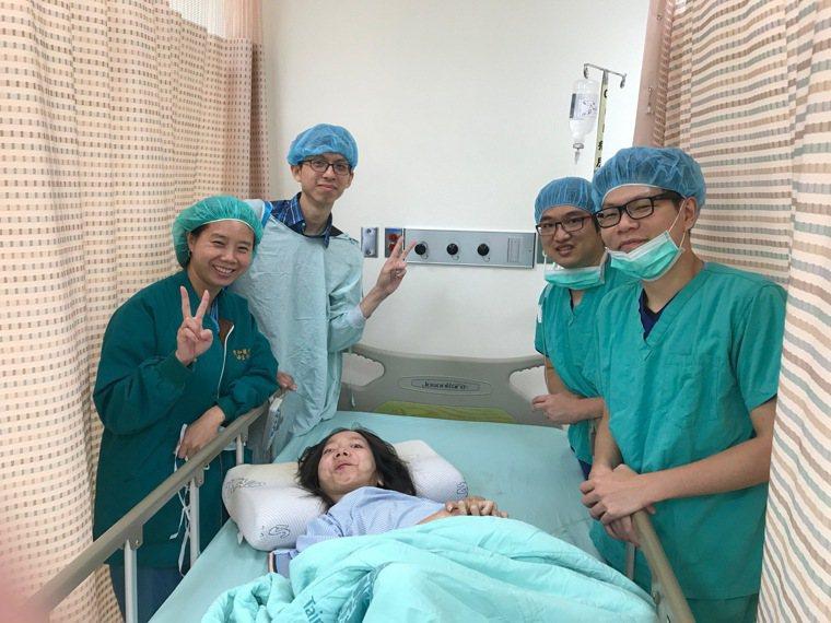 替肌萎症的慧君(中)接生是非常艱難的手術,為此雙和醫院婦產科醫師陳碧華(左一)在...