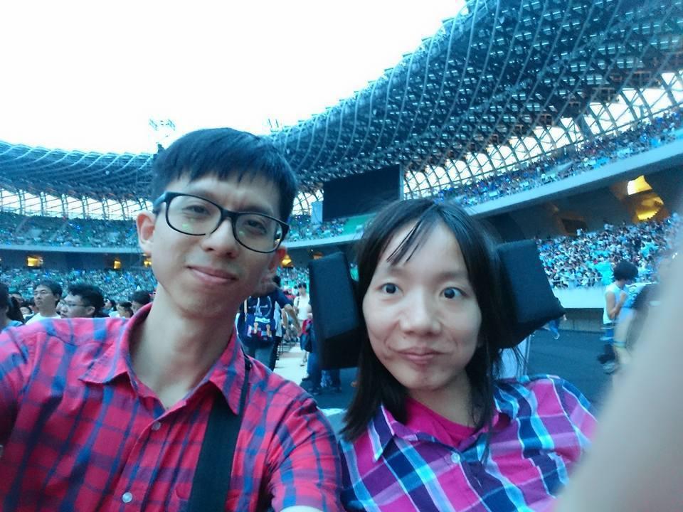慧君(右)在駿憲(左)的陪伴下,一起南下高雄聽五月天演唱會。圖/翻攝林慧君臉書