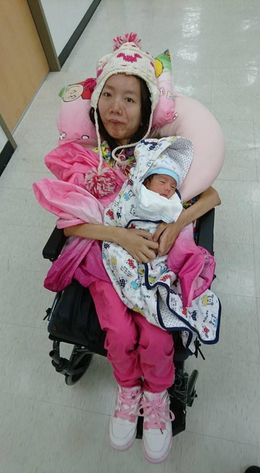 對罹患肌萎症的慧君而言,能結婚當媽這一切太不可思議,她說看見兒子趴在懷裡是人生最...