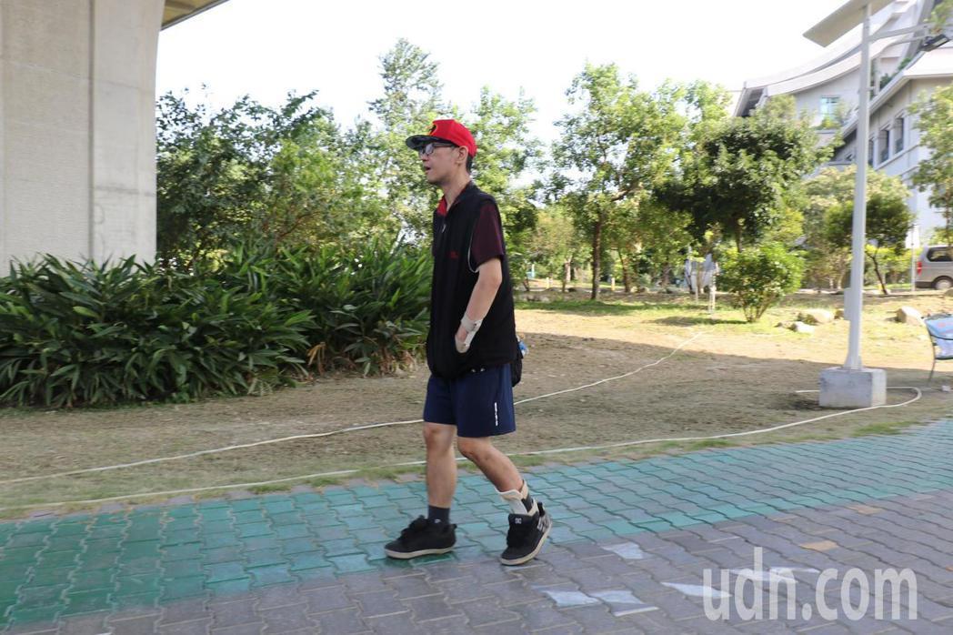林先生術後以走路、爬樓梯與仰臥起坐等運動,朝健康更邁進。記者余采瀅/攝影
