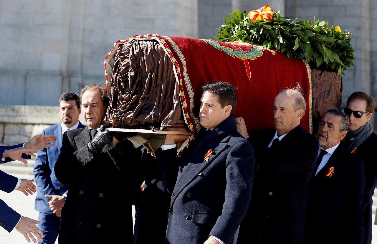 西班牙已故法西斯獨裁者佛朗哥家屬24日將他的棺木抬出烈士谷大教堂,隨後由直升機送...