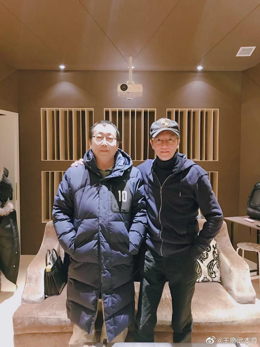 知名音樂製作人殷文琦(右)不敵病魔逝世,享年54歲。圖/摘自微博