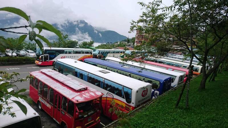 台14甲線清境農場至翠峰路段,過去在例假日禁行大型遊覽車,過去只能停在清境國民賓館前廣場。圖/本報資料照片