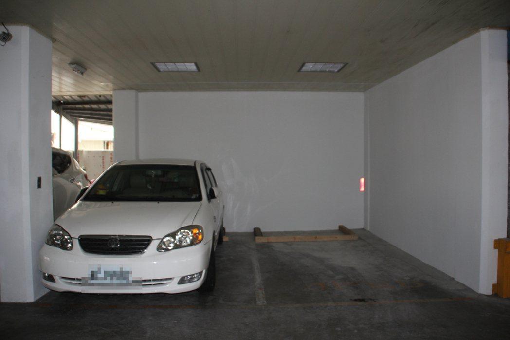 花蓮市吉興華廈獲營建署與國震中心協助階段性補強,在一樓停車場建8面剪力牆,大幅提...