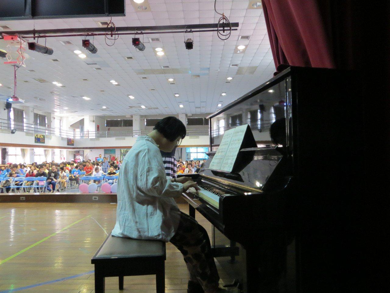嘉義特殊教育學校學生王奕晴,考取嘉義市和嘉義縣音樂類街頭藝人證照,上午在學校集會...