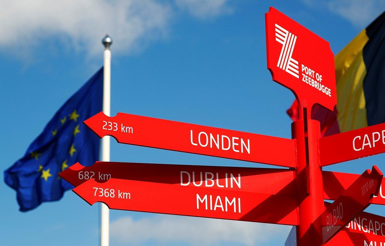比利時澤布呂赫(Zeebrugge)港一處路標,指向英國倫敦與愛爾蘭都柏林。英國...