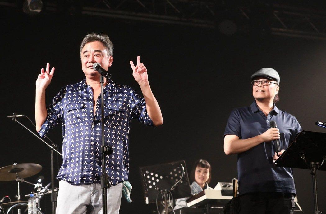 陳昇與漫畫家好友蕭言中(右)台上相約第45次跨年演唱會合體。圖/新樂園製作提供