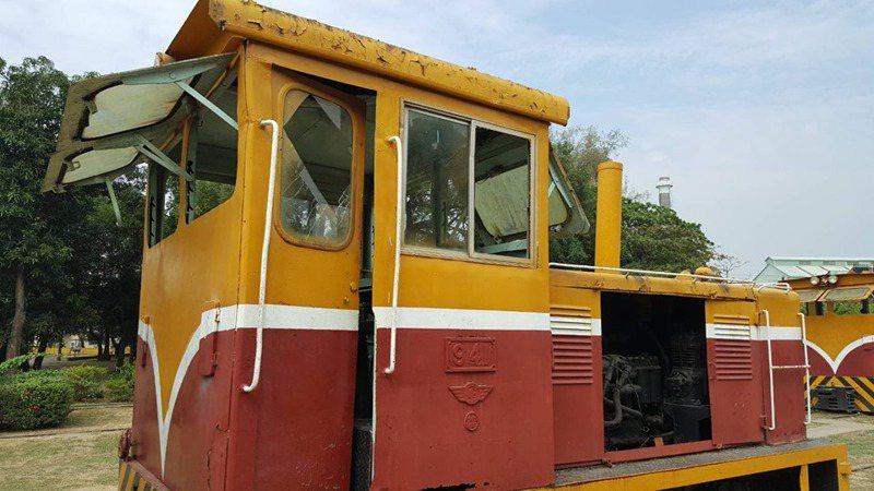 台糖橋頭糖廠的五分車遭擊破駕駛座玻璃。圖/擷自臉書「台糖公司高雄區處─橋頭糖廠吃喝玩樂趣」