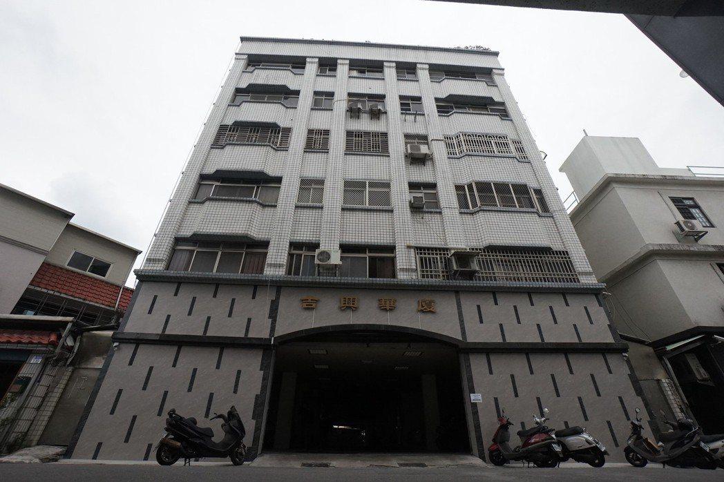 花蓮市吉興華廈是全國第一個建物補強示範點,居民說,補強後住起來更安心踏實。記者王...