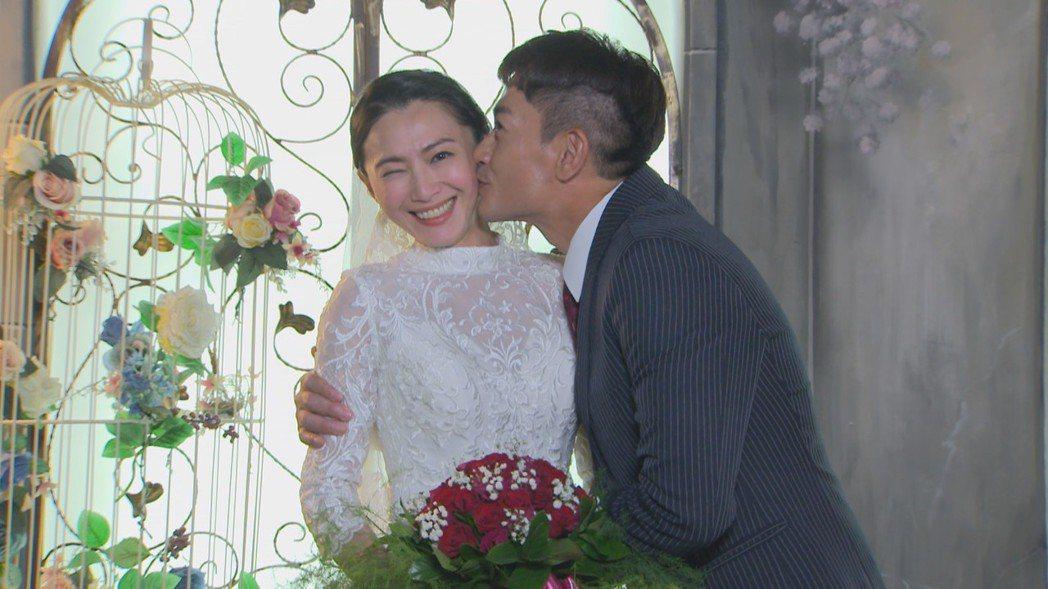 侯怡君(左)、柯叔元在「多情城市」中拍攝全家福補拍婚紗照。圖/民視提供