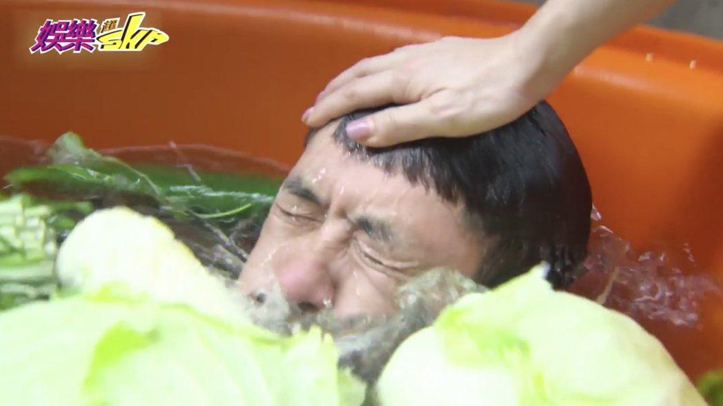 柯叔元躲進菜桶中,被德馨壓頭吃水。圖/民視提供