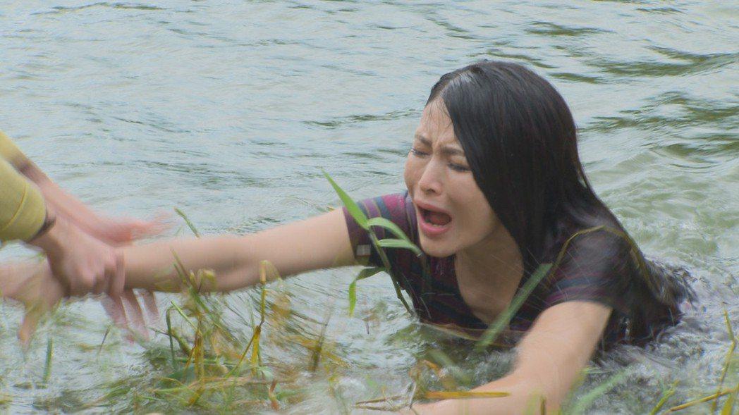 德馨在「多情城市」演小三,慘被推下水。圖/民視提供