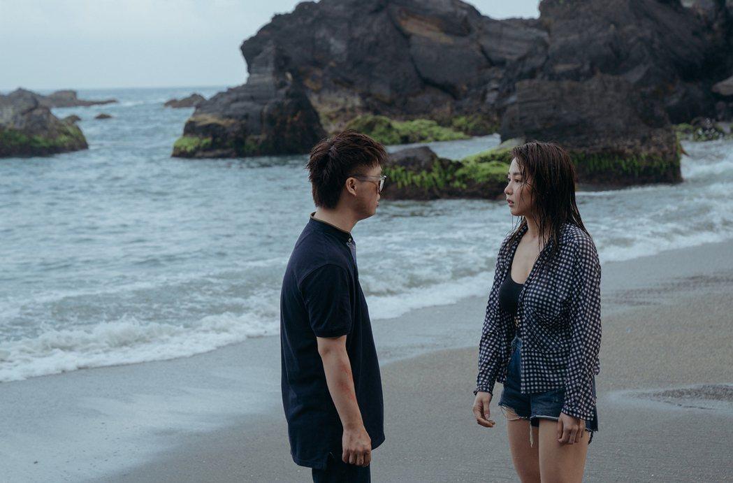 瑤瑤(右)與喜憨兒演員Leo(左)在「傻傻」片中發展出動人友誼。圖/華映提供