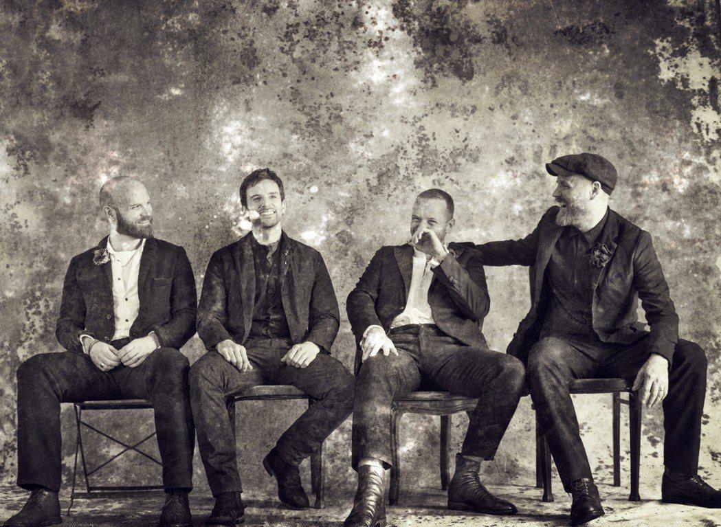酷玩樂團相隔4年即將發行新專輯,造型以百年前復古風老照片為主。圖/華納音樂提供